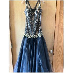 Worn once. Size 4 Landa prom dress.